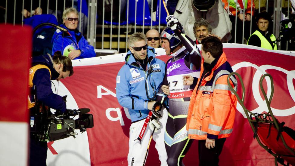 MØRBANKET MEN OK: Aksel Lund Svindal måtte hjelpes ut av landslege Ola Rønsen etter målgang, men til alt hell gikk det stort sett bra. Foto: Bjørn Langsem / Dagbladet.