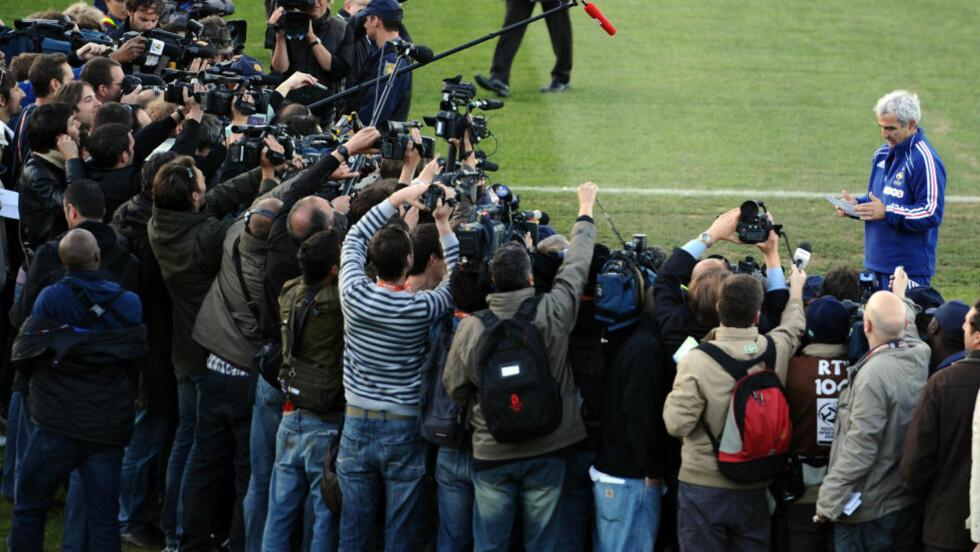 NEDVERDIGET: Mens verdenspressen ventet på de streikende spillerne, stilte til slutt Raymond Domenech seg selv opp foran pressekorpset og leste en erklæring fra spillerne.Foto: SCANPIX/AFP/FRANCK FIFE