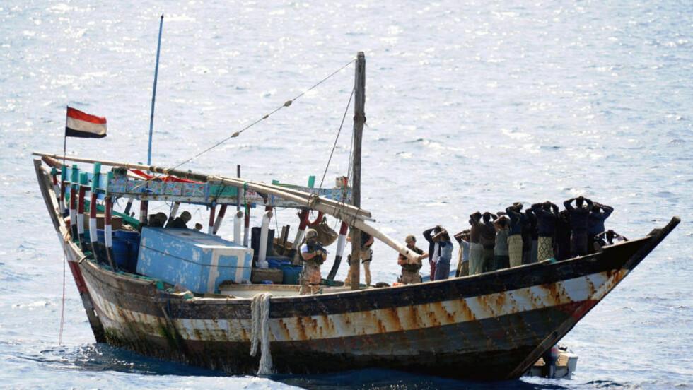 PROBLEM FOR SKIPSFARTEN: Dette somaliske skipet ble bordet av britiske marinesoldater i Det indiske hav 10. februar, og piratene tvunget til å løslate fem gisler. Å henrette pirater eller senke skipene deres er ingen løsning, mener kronikkforfatteren.   Foto: AP/Scanpix
