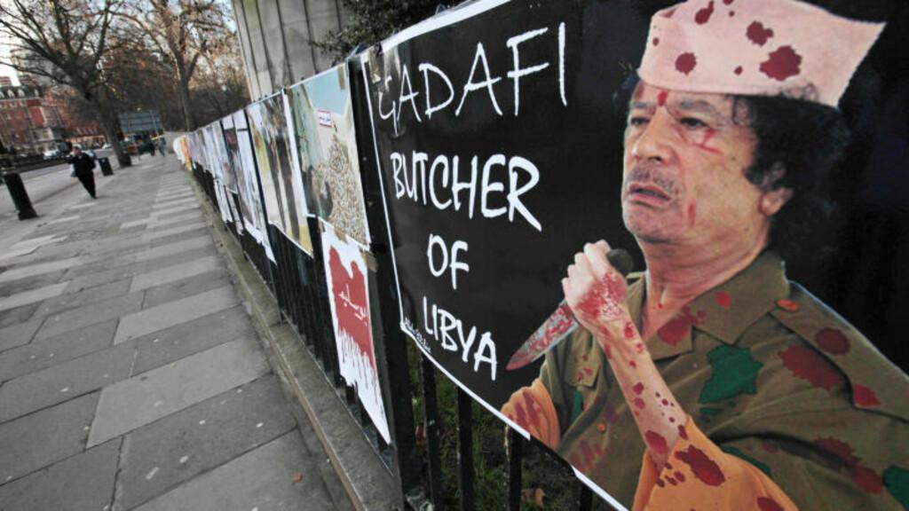 «SLAKTEREN GADHAFI»: Eksillibyere i London kan, i motsetning til i hjemlandet, fritt uttrykke hva de mener om landets sterke mann. Foto: LEFTERIS PITARAKIS/AP/SCANPIX