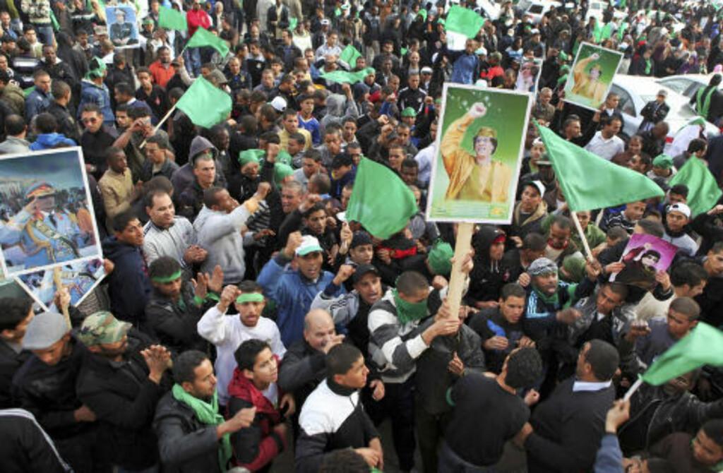 STØTTER DIKTATOREN: Pro-Gadhafi-demonstranter viser sin støtte etter fredagsbønnen i hovedstaden Tripoli. Foto: ABDEL MEGUID AL-FERGANY/AP/SCANPIX