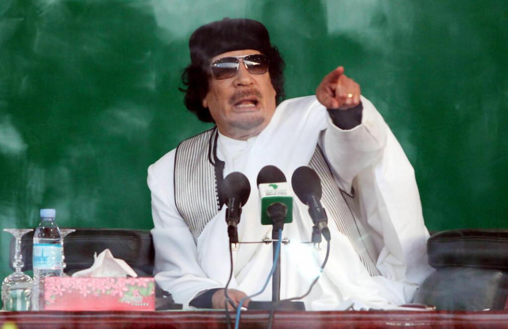 VED MAKTEN I 42 ÅR: Oberst Muammar Gadhafi har sittet med makten i Libya siden han kastet monarkiet i et militærkupp i 1969 og er verdens lengstsittende statsleder. Nå slår han hardt ned på det gryende opprøret i landet, som har som mål å kaste ham, som egypterne gjorde med Hosni Mubarak for ei uke siden. Foto: SABRI ELMHEDWI/EPA/SCANPIX