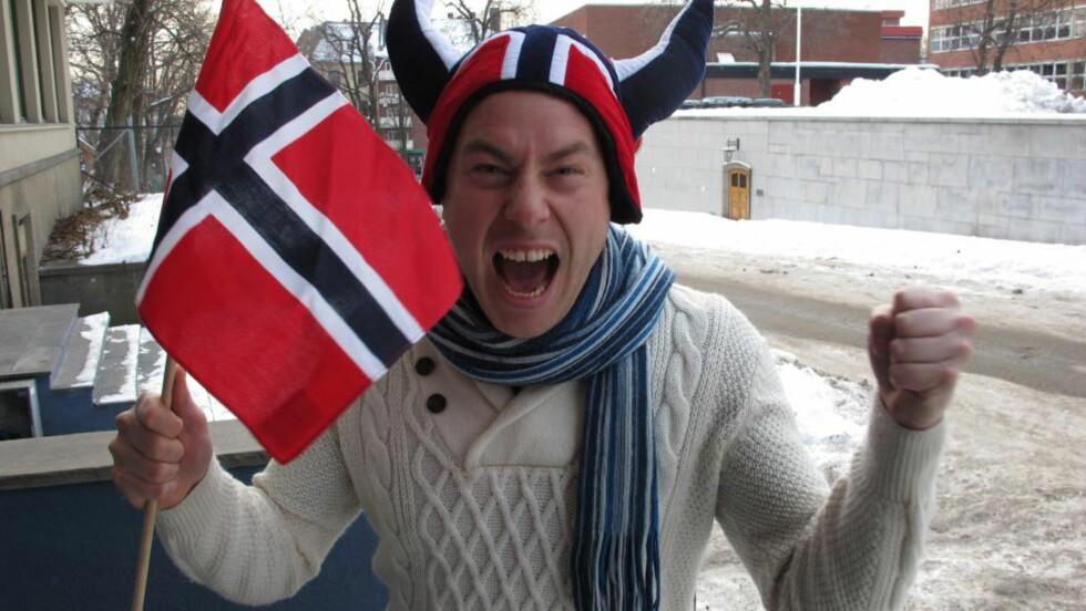POSERER I NORGE FARGER: Dette er svensken som utbrøt «Där fick du, Northug!», og som i 2007 trodde Mosvik-ekspressen måtte slippe Anders Södergren i stafetten i Sapporo. Nå er han på plass i Oslo for å kommentere VM for SVT - og han tror det blir et norsk jubel-mesterskap. Foto: SIGVE KVAMME/Dagbladet