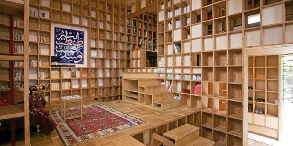 BOKHYLLEHUSET: Eieren av huset har en betydelig samling bøker som han ønsket å få plass til og vise frem. Løsningen ble å kle hele interiøret med bokhyller. Foto: Kazuya Morita Architecture Studio