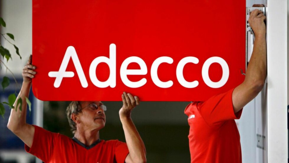 SKRUR NED:  Adecco-ansatte monterer et skilt i Lausanne i selskapets hjemland Sveits. I morges fikk Adecco sparken fra driften av Greverud sykehjem i et ekstraordinært formannskapsmøte i Oppegård kommune. ILLUSTRASJONSFOTO: LAURENT GILLIERON, EPA/SCANPIX.