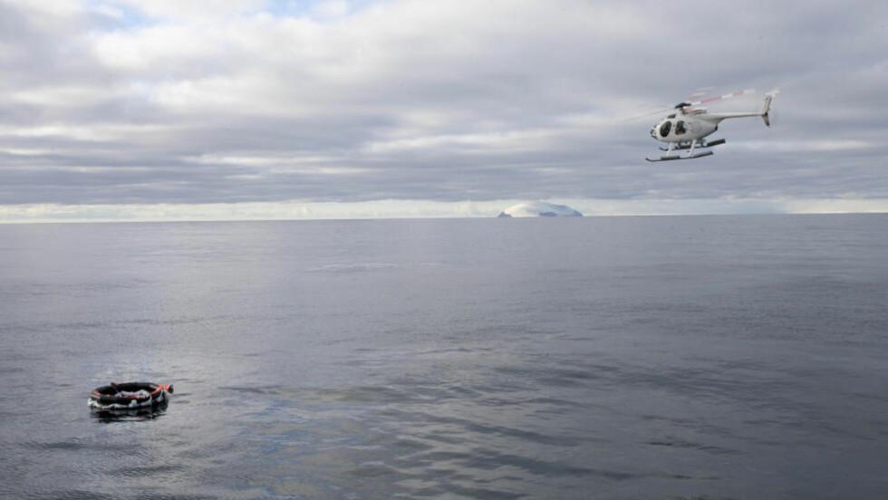 FULL AV IS OG VANN: Redningsflåten ble funnet av letehelikopteret sent torsdag kveld norsk tid. Den var full av is og vann, nødprovianten var trolig skyllt ut av flåten, igfølge Paul Watson, skipper på M/V Steve Irwin. Foto: Barbara Veiga / Sea Sheperd