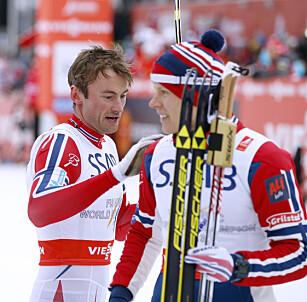 FIKK SKRYT: Petter Northug ga Gløersen et klapp på skulderen etter en strålende etappe i Falun-VM. Foto: Terje Pedersen / NTB scanpix