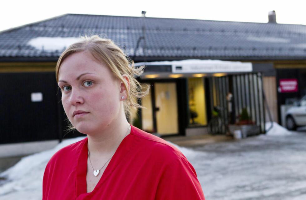 FØLER SEG LURT: Johanna Backström (23) fra Göteborg må bo på et pasientrom med bare seng og vask på arbeidsplassen Klæbu sykehjem. Hun mener Adecco bevisst lurer svenske pleiere som søker jobb i Norge. - Jeg har ikke noe privatliv, sier hun. Foto: OLE MORTEN MELGÅRD