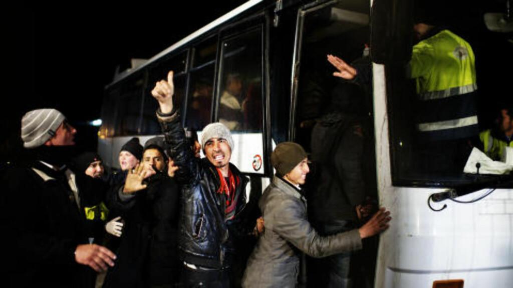 PÅ FLUKT: FN ber om en masseevakuering av de titusener som er på flukt i og fra Libya. Organisasjonen betegner situasjonen ved landets grenseposter som en krisesituasjon. Foto: AFP/Roberto Salomone/Scanpix