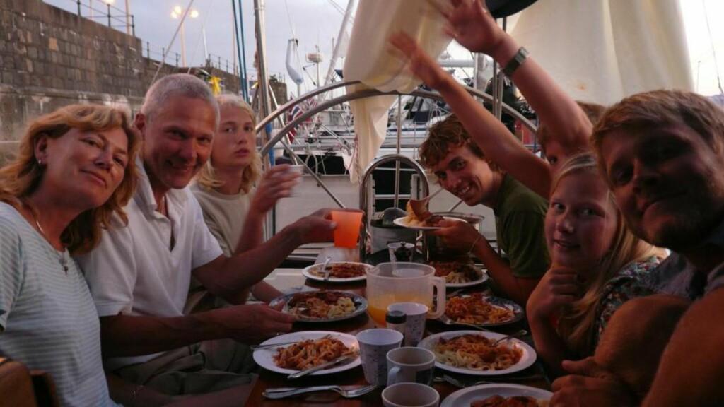 IDYLL: Her spiser den danske familien Quist Johansen ombord i båten under lykkeligere omstendigheter. På bildet er mamma Birgit Marie (t.v.), pappa Jan,  Rune (17), Jacob, Hjalte (15), Naja (13) og Mikael. Jacob og Mikael var ikke ombord da båten ble kapret. Foto: Privat