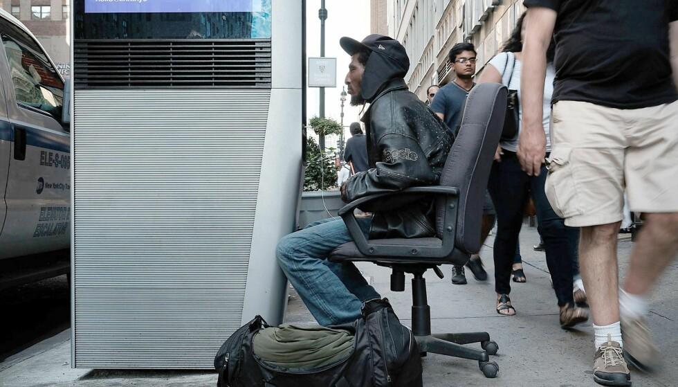 DET TRÅDLØSE EPLET: På sikt skal 7500 wifi-kisoker installeres i New Yorks fem bydeler. Hastigheten og rekkevidden skal være så imponerende at folk som bor flere etasjer over bakken vil kunne avbryte internettabonnementene sine. Oppstarten har vært en smule problematisk. Foto: NTB Scanpix