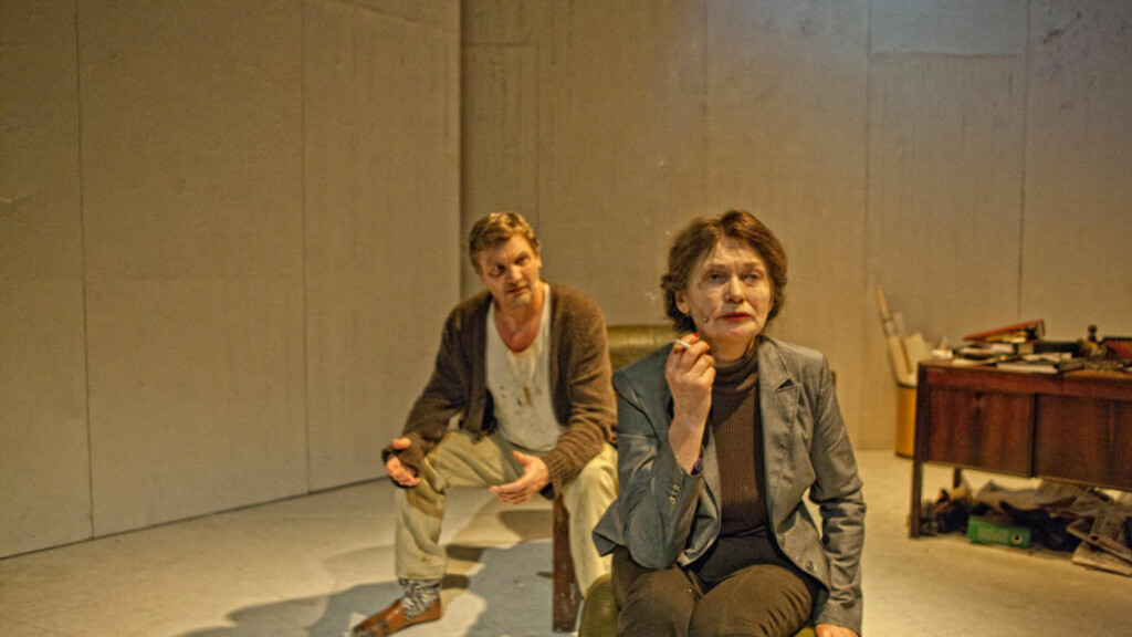 FORFALL: Jan Ø. Wiig er John Gabriel Borkman og Kari Onstad er Ella Rentheim i Anders T. Andersens tarveliggjorte versjon av Ibsens drama. Foto: Per Maning/Teater Ibsen.