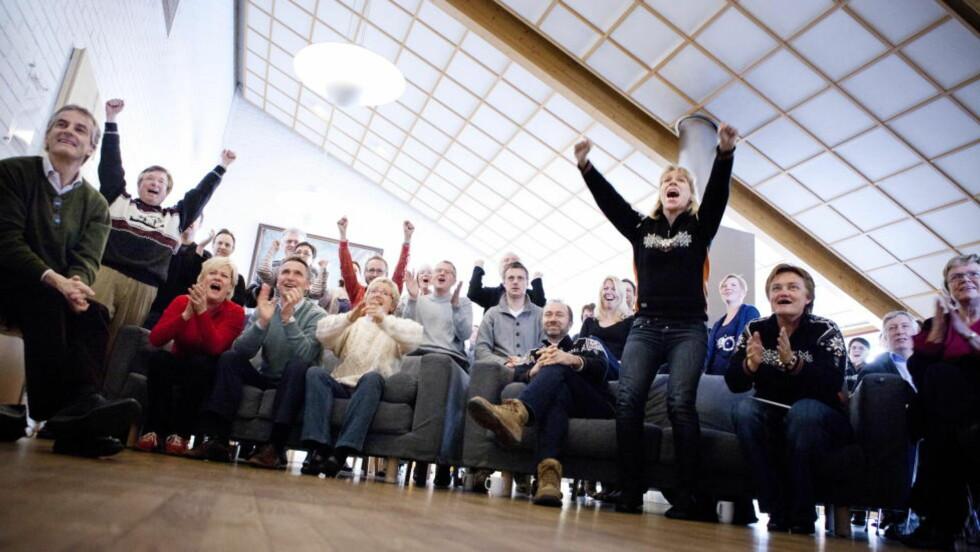 REGJERINGSPAUSE: Karl Eirik Schjøtt-Pedersen og Anikken Huitfeldt gikk i været da Petter Northug gikk inn til gull. Foto: Thomas Winje Øijord / Scanpix