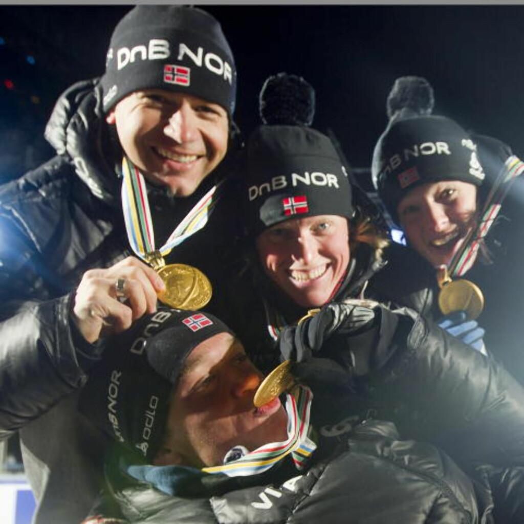 VANT LAGSPRINTEN: Ole Einar Bjørndalen vant lagsprinten torsdag sammen med Tora Berger, Ann Kristin Aafedt Flatland og Tarjei Bø (foran). Foto: Heiko Junge / Scanpix