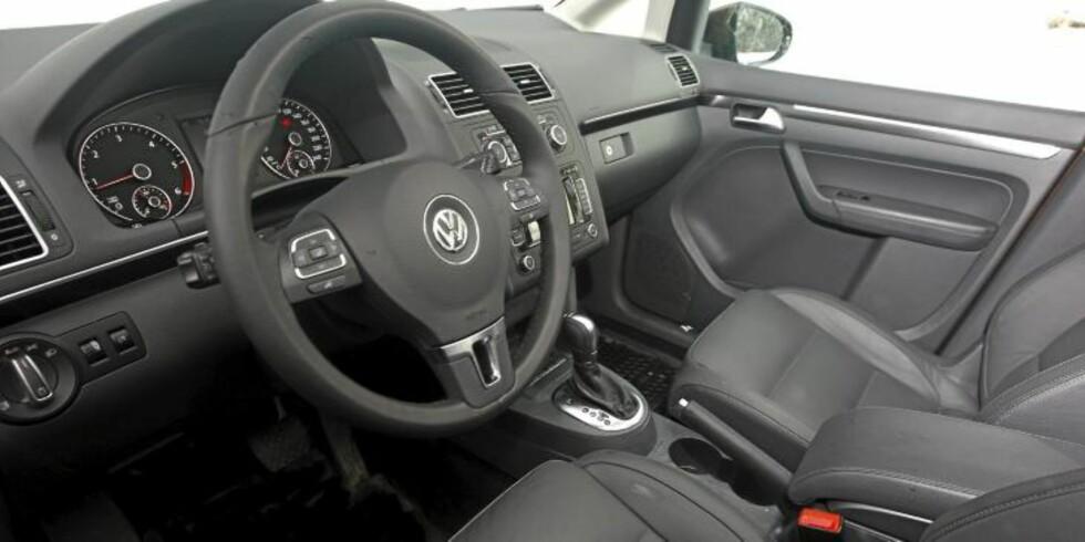 TYPISK TYSK: Interiøret har en god kvalitetsfølelse, og skiller seg ikke mye fra andre VW-modeller. FOTO: Egil Nordlien, HM Foto