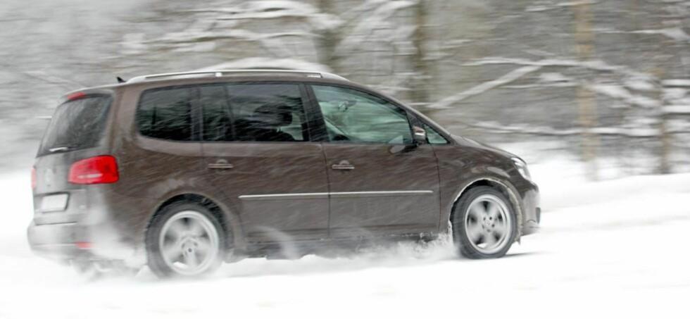 STØDIG: Volkswagen Touran kjører med en stødighet som få andre i klassen kan matche, men den er langt fra morsom. FOTO: Egil Nordlien, HM Foto