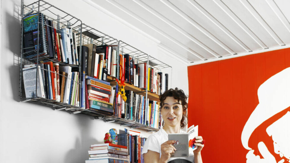 EGEN VRI: Kunstner Lene «Gekko» Pettersen liker gjenbruk. I leiligheten som bugner over av kreative løsninger, blir gamle brødkurver brukt som bokhyller. - Man tenker vanligvis altfor tradisjonelt, mener hun. Foto Nina Ruud