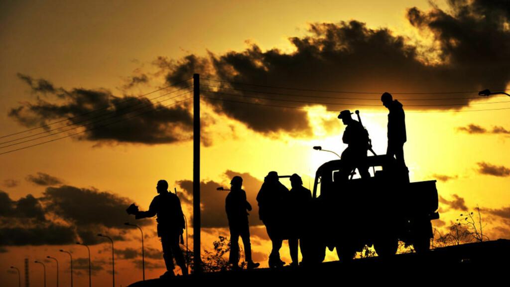 NEI TIL KADHAFI: Libyske opprørsstyrker i går kveld nær oljebyen Brega. I går avviste opprørsledelsen et forslag fra Muammar Kadhafi om forhandlinger. Foto: AFP PHOTO/ROBERTO SCHMIDT/Scanpix