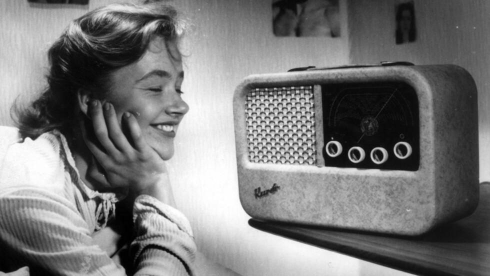 RADIOREVOLUSJON: Det finnes over 15 millioner fm-radioer i dag. Nå skal DAB-radioene etter planen ta over markedet. Denne damen lytter på en radio av typen Kurér som ble produsert i mer enn 200.000 eksemplarer fra bedriften Radionette. Foto: Lasse Thorseth / NTB arkiv / SCANPIX.