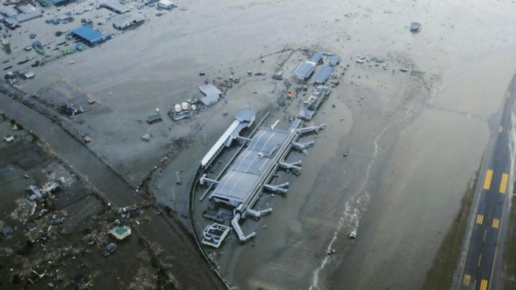 OVERSVØMT: Flyplassen i Sendai nordøst i Japan ligger under vann. Foto: KYODO NEWS/AP/SCANPIX