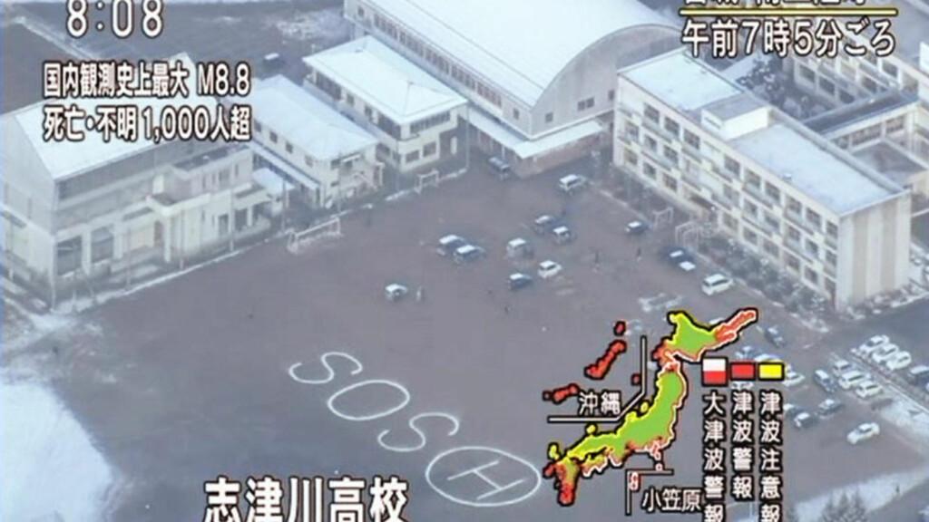 ET ROP OM HJELP: Dette bildet fra tvkanalen NHK viser et stort SOS-tegn i skolegården i Shizugawa High School i Minamisanriku. Foto: AP Photo/NHK TV