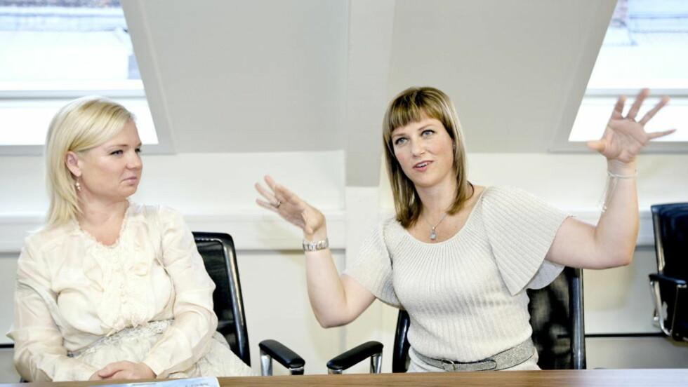 - INGEN KOMMENTAR. Märtha Louises sekretær ønsker ikke å svare på hvorvidt det er prinsessen, forretningspartner Elisabeth Samnøy (t.v.) eller andre personer som står bak oppdateringene på Engleskolens Facebook-sider.   Foto: Henning Lillegård / Dagbladet