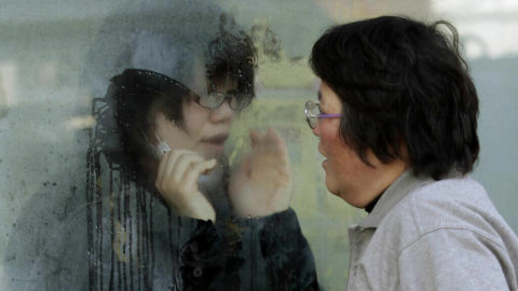ISOLERT: En kvinne snakker til sin datter, som sitter i isolat etter muligens å ha blitt utsatt for stråling. Foto: SCANPIX/REUTERS/Yuriko Nakao