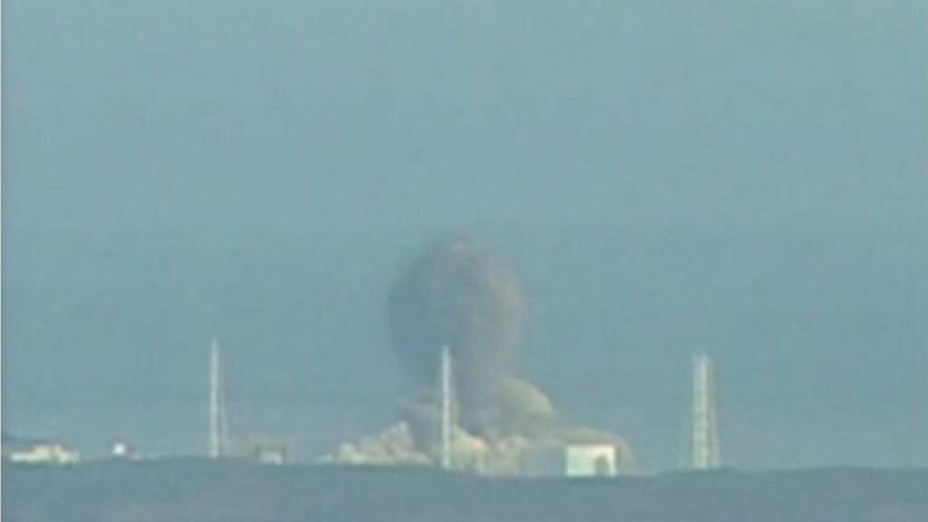 VOLDSOMME KREFTER: Røyk stiger til værs fra atomkraftverket Fukushima-Daiichi etter en ny, kraftig eksplosjon i dag. En lignende eksplosjon skjedde lørdag. Foto: SCANPIX/REUTERS