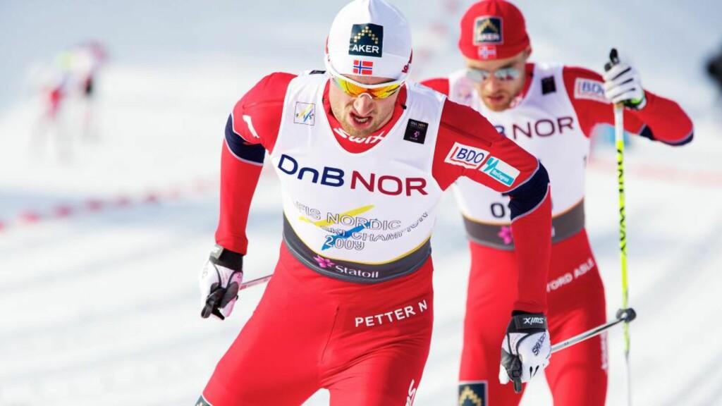 VINNEREN: Petter Northug inn til seier, med Brand under den ene skia og Peer Gynt under den andre.  Foto: Eirik Helland Urke / Dagbladet