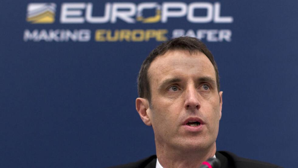 «OPERASJON REDNING»: Europol-sjef Rob Wainwright under en pressekonferanse i Haag der han annonserte at de har rullet opp et enormt nettverk av barnemisbrukere. Foto: REUTERS/Jerry Lampen/Scanpix