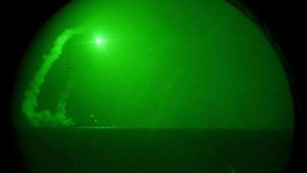 ANGREP:  Marinefartøyet USS Barry avfyrer en tomahawk-missil mot Libya under angrepene lørdag. Foto: (AP Photo/U.S. Navy, Petty Officer 1st Class Nathanael Miller)