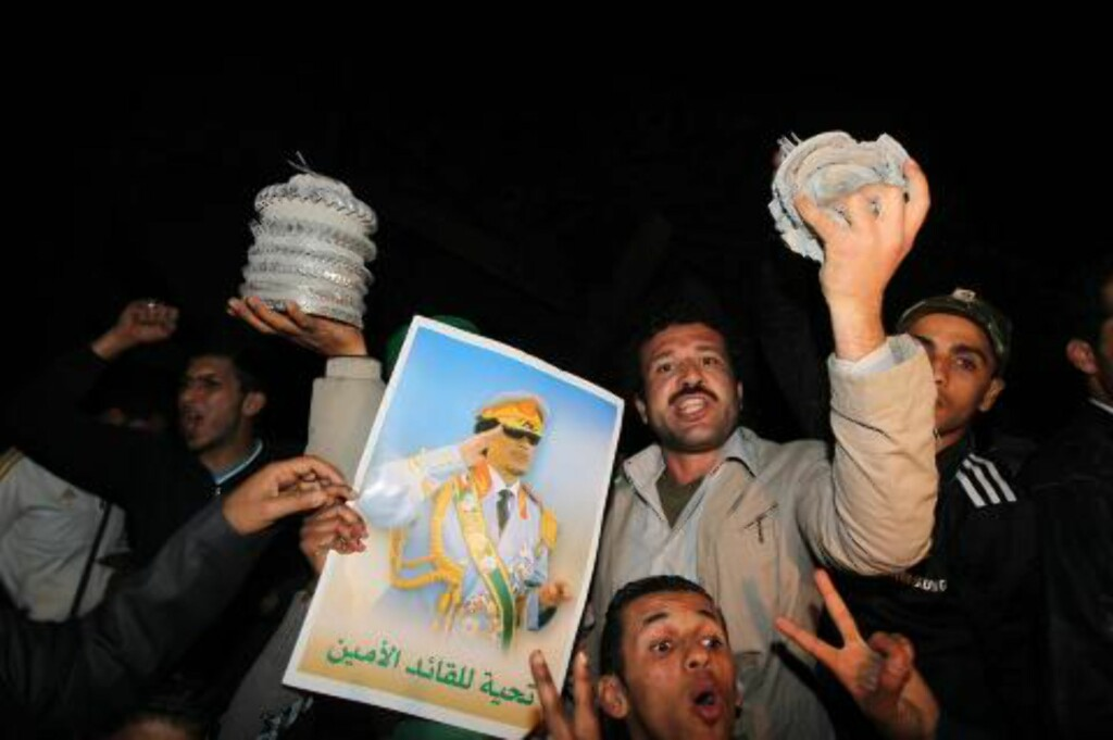 MENNESKELIGE SKJOLD: Kadhafis tilhengere samlet seg utenfor hans hovedkvarter. Flere har kommet til for å opptre som menneskelige skjold.  EPA/MOHAMED MESSARA