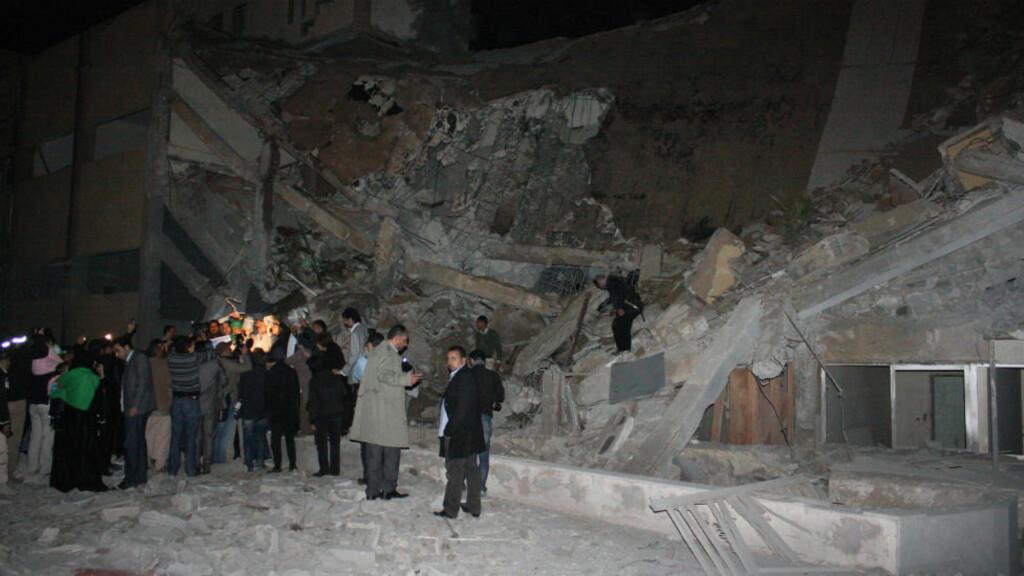 BOMBET: Slik så det ut etter at de internasjonale styrkene bombet hovedkvarteret til Muammar Kadhafi i Tripoli i natt. Flere av hans tilhengere samlet seg rundt området i natt for å vise sin sympati med sin leder. AFP PHOTO / Imed Lamloum