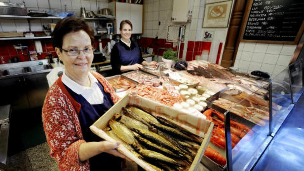 FAMILIEBEDRIFT:   Birgitta Åhs har solgt fisk i 40 år i Östermalms Saluhall. Datteren Eva (bak) hjelper til på travle lørdager. Foto: John Terje Pedersen/Dagbladet