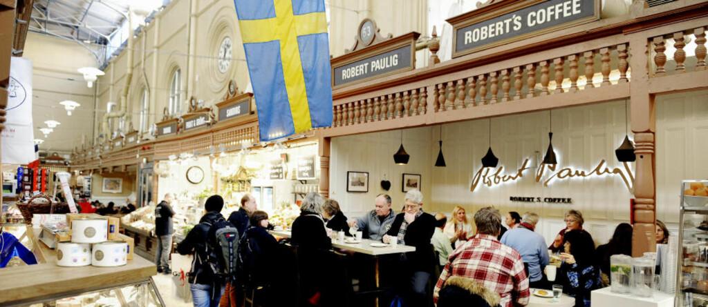 ÖSTERMALMS SALUHALL:   Her er det fullt av matglade svensker, men få turister finner fram til Stockholms tradisjonsrike mathall.   Foto: John Terje  Pedersen/Dagbladet