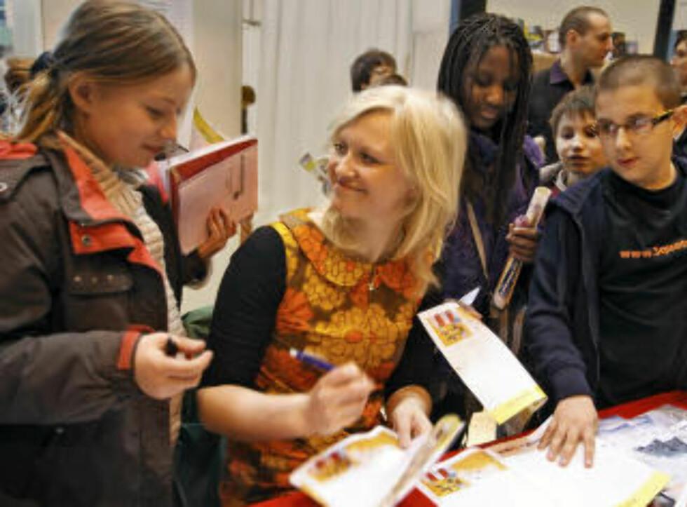 POPULÆR: Barnebokforfatter Maria Parr ble omringet av franske barn på bokmessa. Foto Nikolai Jakobsen
