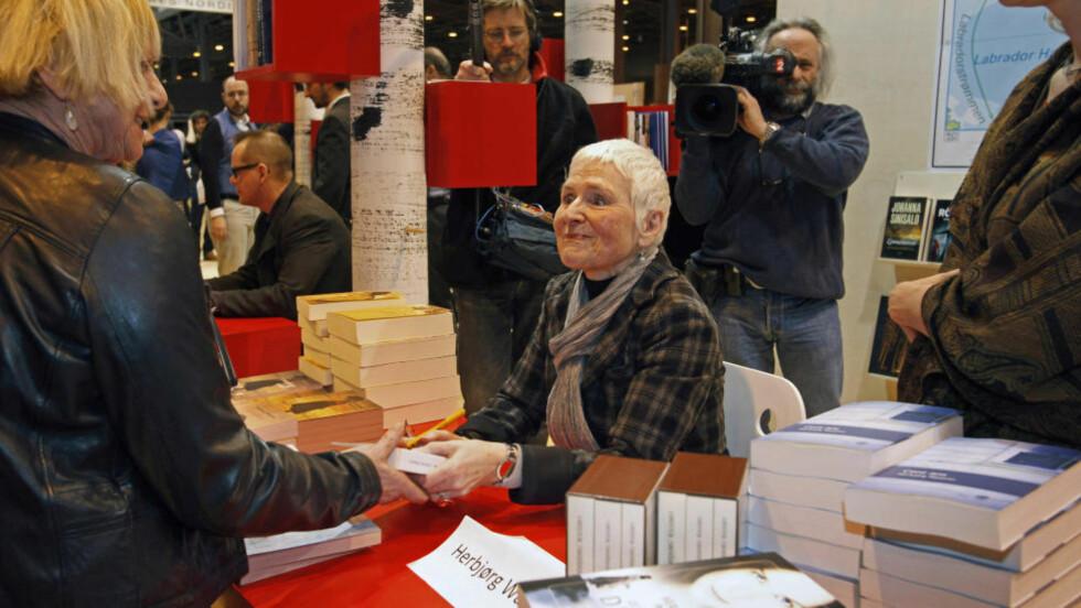 WASSMO-FAN: - Endelig ei bok med signatur, sier Michelle Vallette stolt. Hun har lest alle bøkene til Herbjørg Wassmo. I helga møtte norske forfattere franske lesere under bokmessa i Paris, der Norden er æresgjester. Foto Nikolai Jakobsen