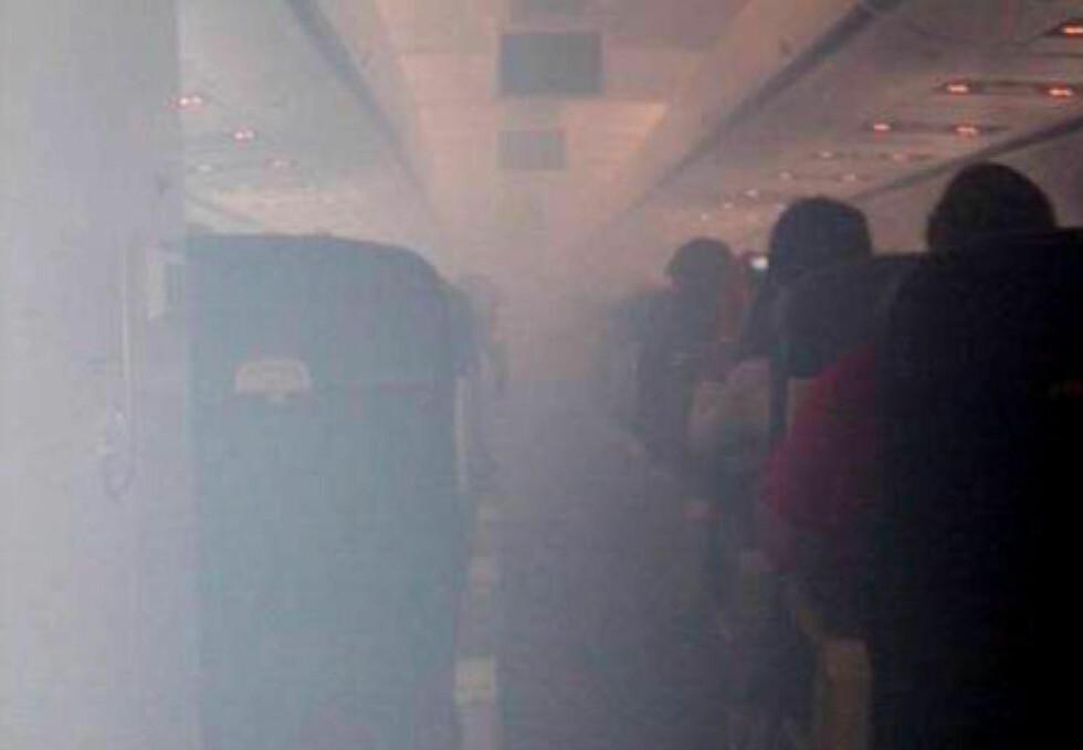 SLIK KAN DET ARTE SEG: Dette bildet er fra en dokumentert giftgasshendelse på en US Airways flight i september i fjor. Men det trenger ikke være synlig damp, selv om giftstoffer er til stede i kabinlufta. US Flight Safety Foundation anslår at giftgasshendelser daglig fører til mellom fem og ti avbrutte flygninger globalt. Foto: afaseattle.org