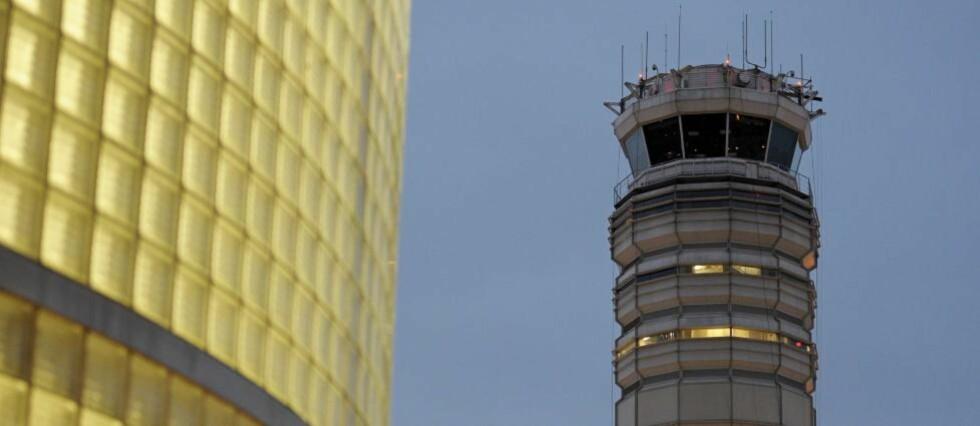 <strong>SOVNET I TÅRNET:</strong> De føderale luftfartsmyndighetene i USA etterforsker nå bemanningsrutinene i kontrolltårnene ved landets flyplasser, etter at to passasjerfly landet ved Reagan National Airport uten å oppnå kontakt med kontrolltårnet fordi flygelederen angivelig sovnet på vakt. Foto: CLIFF OWEN/AP/SCANPIX