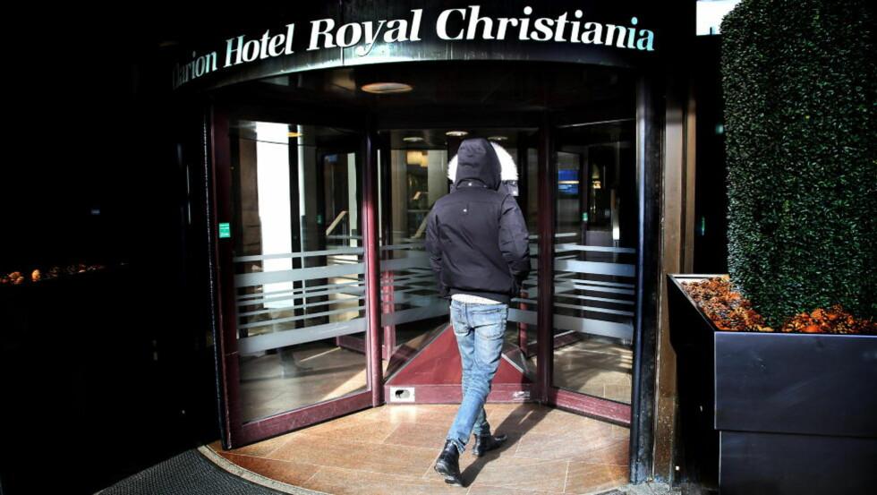 <strong>SKUFFET OVER PARTIET:</strong> Den nå 17 år gamle gutten på vei inn på Hotel Royal Christiania, der overgrepet skal ha skjedd i 2008, da gutten var 15 år gammel. Foto: Jacques Hvistendahl.