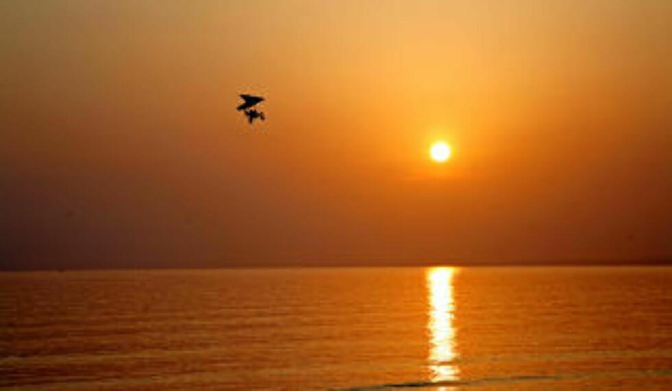 SPESIELL: Solnedgangene i Side er spesielt vakre. En flyentusiast stryker over strendene mens de siste solstrålene forsvinner i havet.