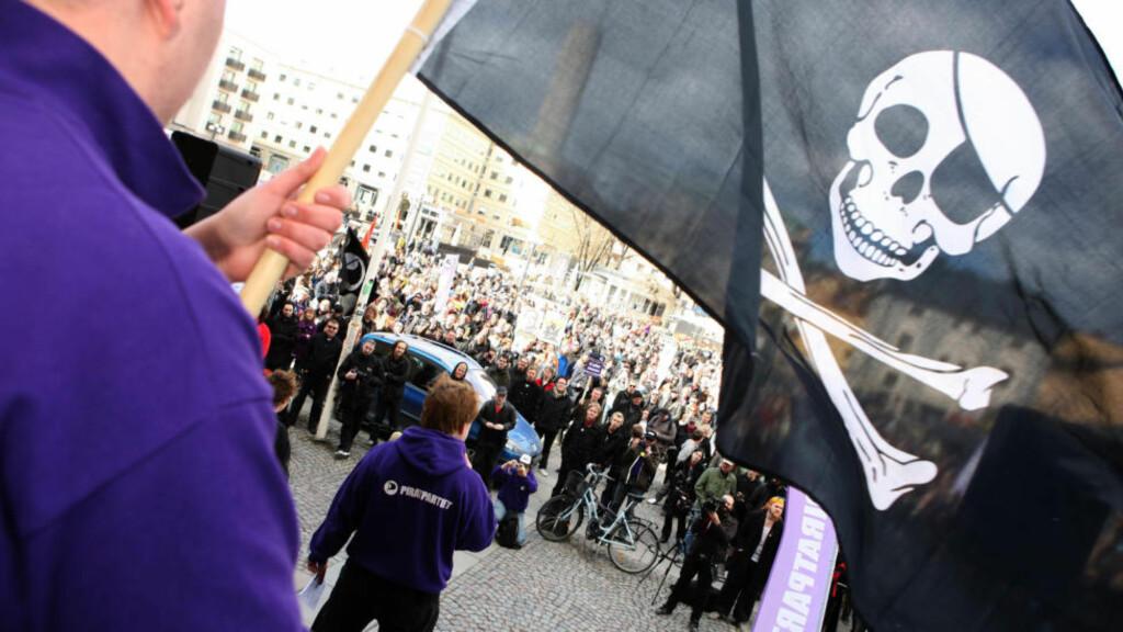 STORE SUMMER: Platebransjen krever «absurde» summer fra nettjenesten Napster, ifølge en amerikansk dommer. Her fra en støttedemonstrasjon for en annen pirattjeneste som har havnet i rettslig trøbbel, The Pirate Bay. I motsetning til Napster-kravet (på 436 billioner kroner), saksøkte film-, musikk- og spillbransjen TPB for «bare» 117 millioner svenske kroner. Foto: AFP PHOTO / SCANPIX SWEDEN / FREDRIK PERSSON