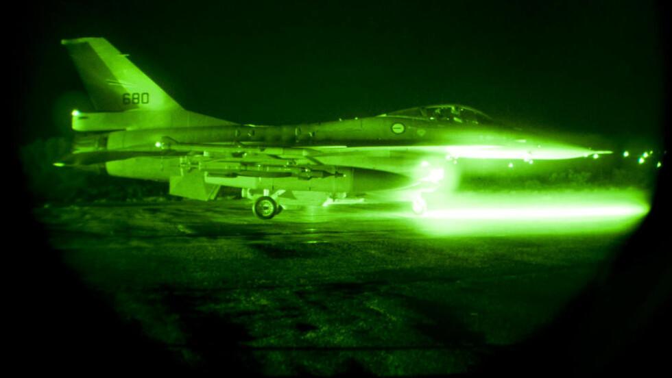 NATTOPPDRAG: Den norske styrken på Souda Bay-basen på Hellas utførte i natt to bombetokt over Libya. To av de totalt fire flyene bombet en militær flybase i Libya. Dette bildet er tatt under nattoperasjonen natt til fredag. Foto: Forsvaret