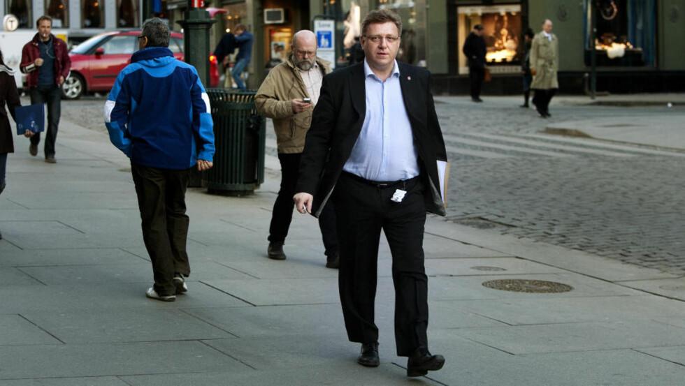 <strong>På vei:</strong> Generalsekretær Geir Mo i Fremskritspartiet på vei til partikontoret etter pressekonferansen om bråket rundt Trond Birkedal. Foto. Henning Lillegård/DAGBLADET.