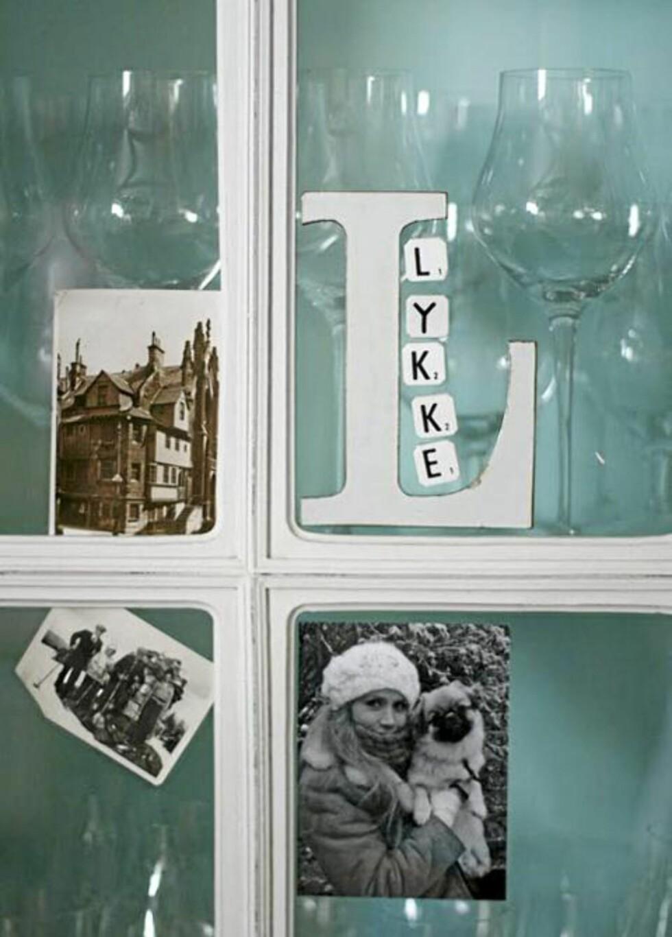 PERSONLIG: Flere steder og møbler i leiligheten er dekorert med bilder. Foto: Nib