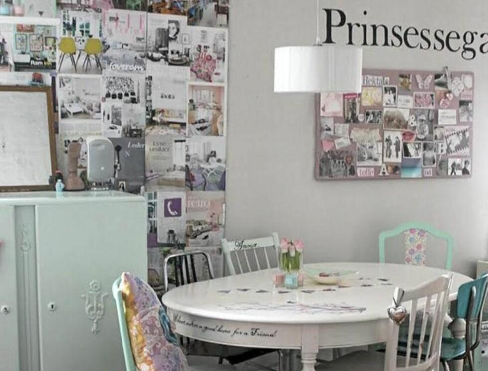 STILIG MIKS: Spiseplassen til Ida er en delikat miks av malte møbler i hvitt og mint. Veggen har Ida dekorert med bilder fra magasiner Foto: Ida Susanne Collier