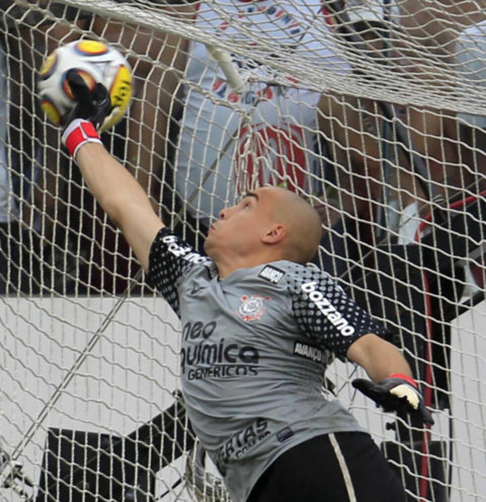 VELPLASSERT: Corinthians-keeper Julio Cesar var etter ballen, men klarte ikke stoppe skuddet til Rogério. Foto: Paulo Whitaker, Reuters/Scanpix