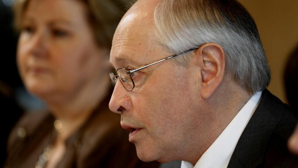 AVTALE: - Personvernet kan ikke trumfe alle hensyn, sa Martin Kolberg i Arbeiderpartiet da avtalen med Høyre om innføring av Datalagringsdirektivet ble presentert i dag. I bakgrunnen Høyres Erna Solberg. Foto: SCANPIX