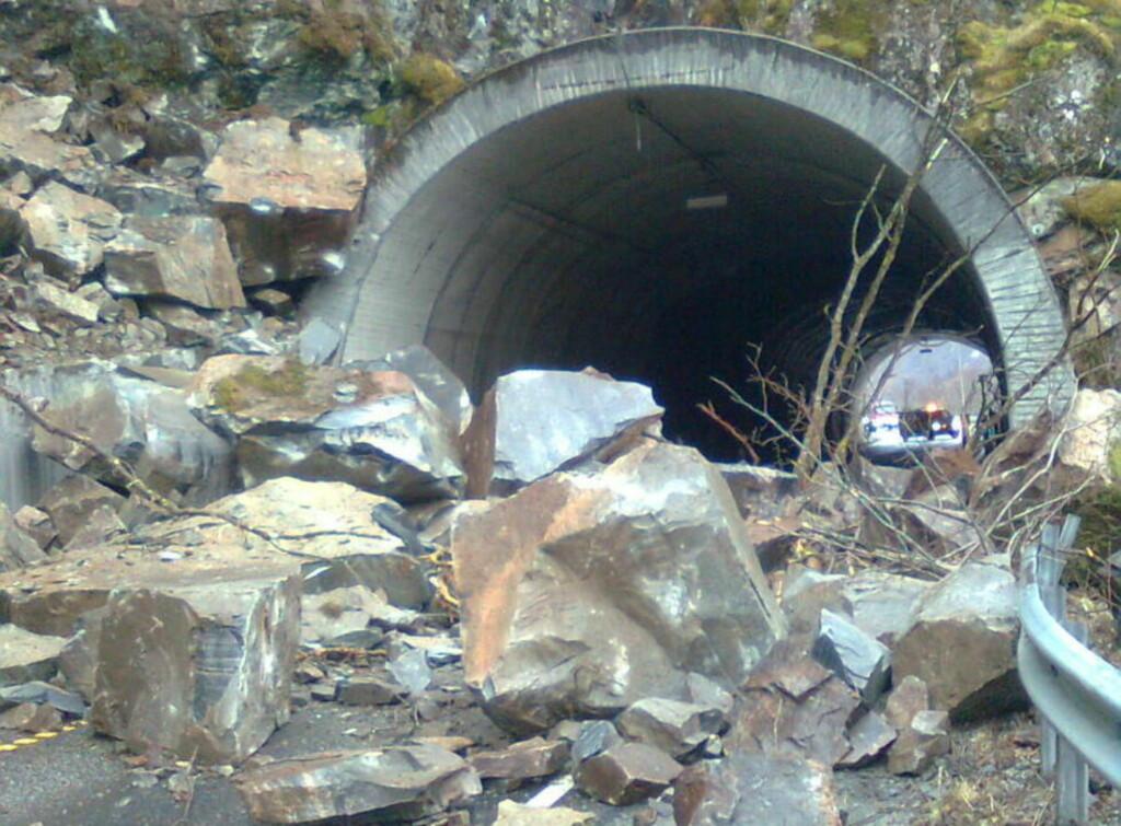 VELDIG NÆRE PÅ: Én bil ble truffet av mindre steiner fra raset og minst en annen bil var sekunder fra å bli rammet av disse steinblokkene ved Steiganetunnellen mellom Vaksdal og Dale i Hordaland. Foto: DAGBLADET-TIPSER