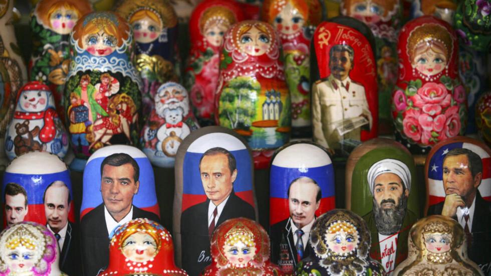 FALLER FREMDELES: Befolkningen faller fremdeles i Russland. Det samme gjør populariteten til statsminister Vladimir Putin, til venstre. Til høyre: President Dmitrij Medvedev. Her på  en matrusjkadukke. Foto: DMITRY KOSTYUKOV/AFP